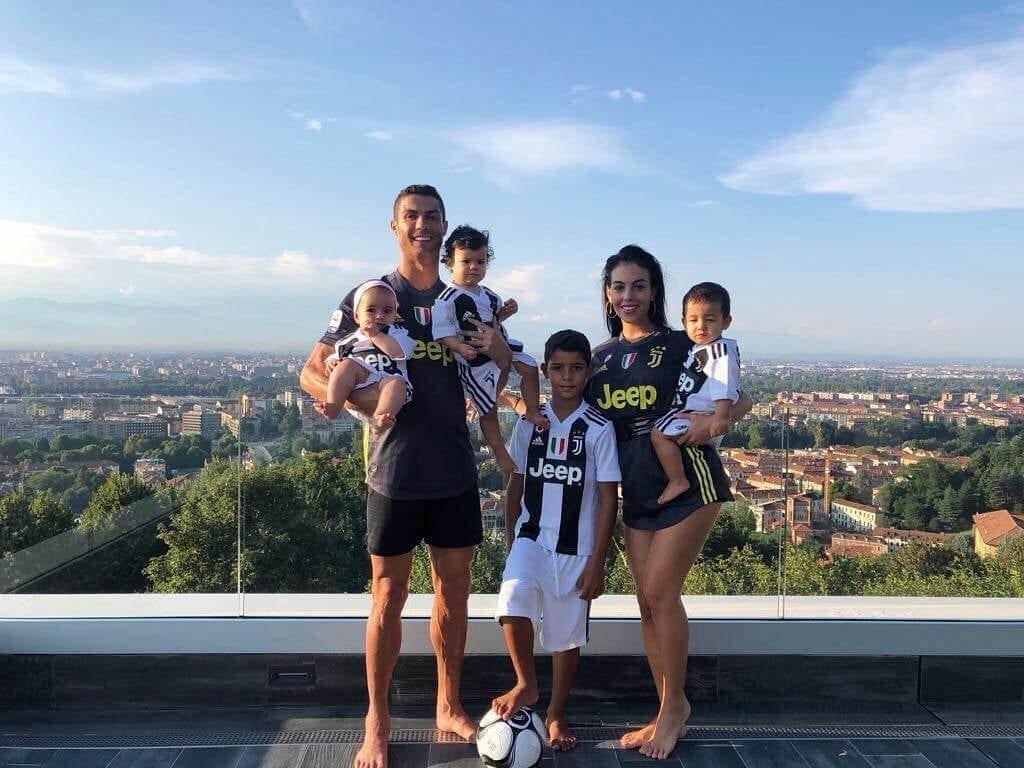 Криштиану Роналду со своей семьей Инстаграм